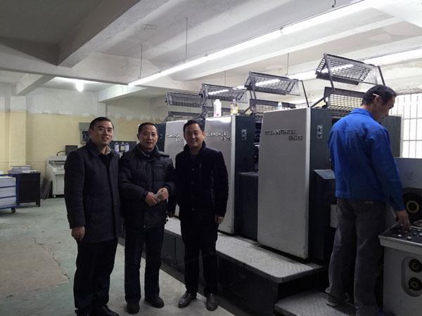 筆者和安慶鑫海印刷物資有限公司總經理徐溫詥(圖中)、安徽品質印刷有限公司總經理張勇先(圖右)在品致公司光華650型四色膠印機前合影
