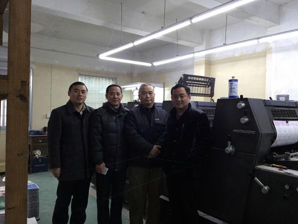 筆者和安慶鑫海印刷物資有限公司總經理徐溫詥(左二)、安慶正和印刷廠董事長張宣明(右二)、安徽品質印刷有限公司總經理張勇先(右一)在品致公司海德堡52型四色膠印機前合影