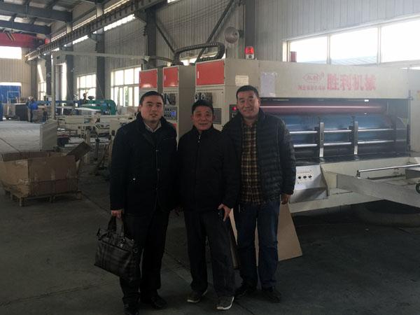 筆者與勇祥印務公司董事長李新江(中)、河北勝利機械蕪湖辦總經理馬福崗(右)在勇祥公司車間合影