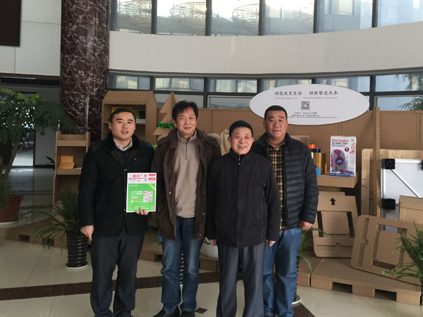 笔者和芜湖天申包装公司总经理杨军(左二)、勇祥印务董事长李新江(右二)、河北胜利机械马福岗(右一)在天申公司展厅合影