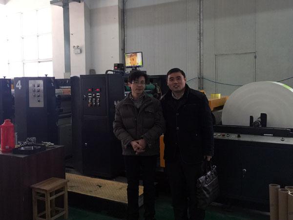 笔者与亚虎彩印公司总经理袁达虎在亚虎公司柔版印刷机前合影