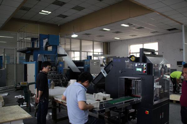 北人輪轉機是印書的一把好手,伴隨著隆隆的機聲,工人聚精會神的檢查印品質量