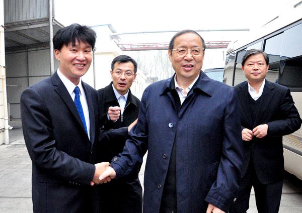 安徽省委王學軍書記與徐龍平親切握手