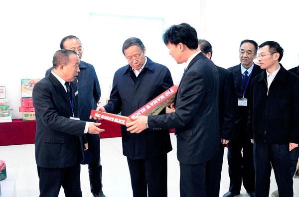 徐龙平正在向王学军书记介绍龙利得公司生产的产品情况