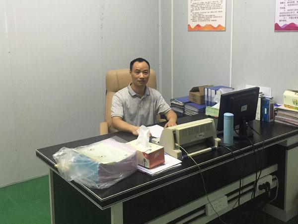 笑容可掬的王海波就座在创恒公司总经理的座位上