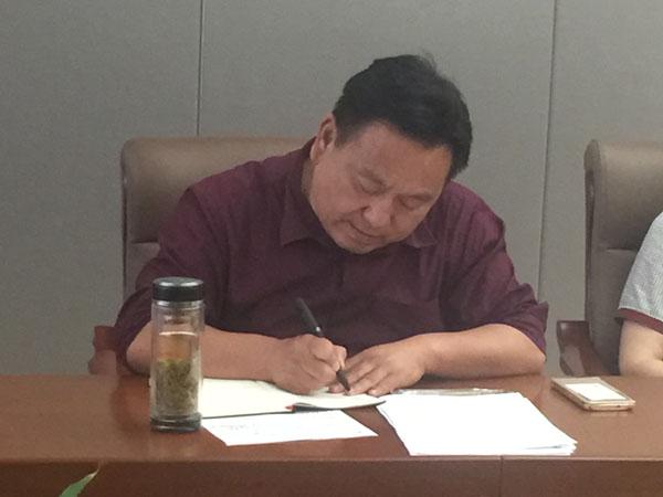 新任商会皖南片秘书长、安徽华艺印刷包装有限公司总经理马兴龙正在认真记录大家发言
