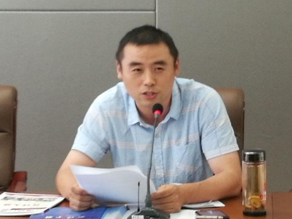 安徽省印刷包装物资商会副秘书长王存良正在会上介绍商会的基本情况