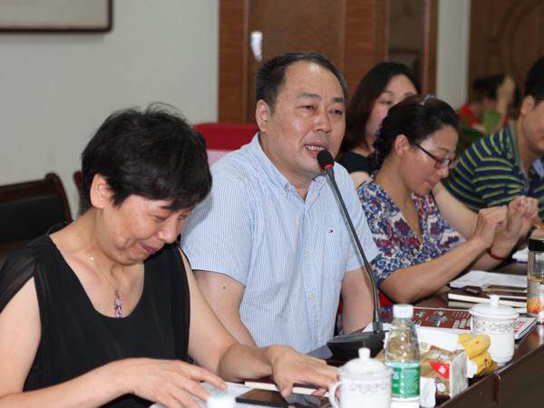 合肥华云印务公司董事长吴大华正在会上发言