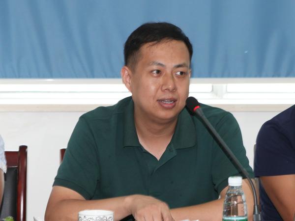 合肥远东印务公司总经理韩坤在会上发言