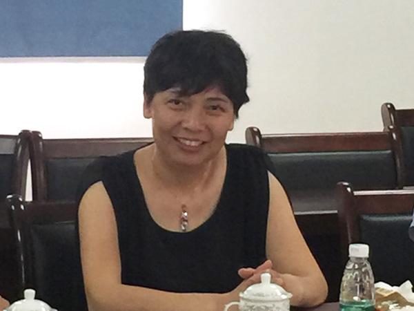 安徽国文彩印公司总经理闻霞在会上发言