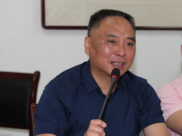 合肥亨通纸业公司董事长刘世成在会上发言