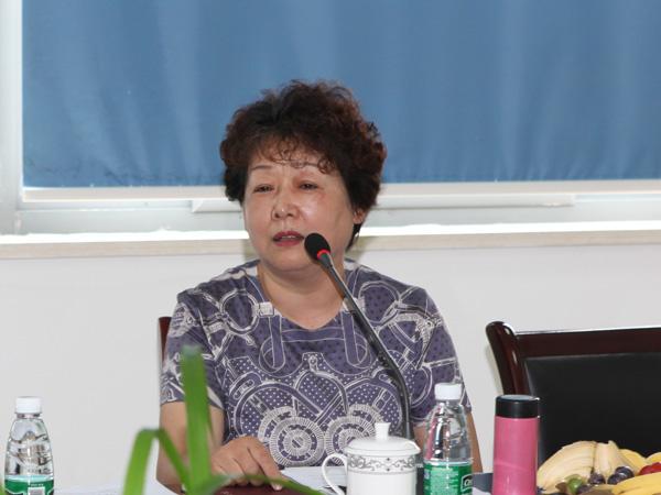 安徽华光必威登录网址物资公司总经理王敏在会上发言
