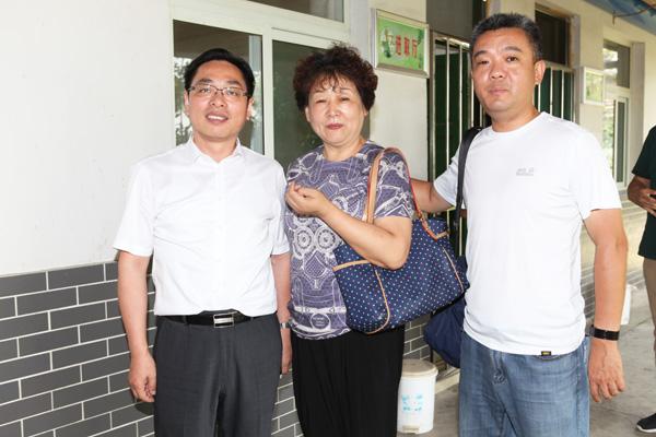 迅达公司董事长葛茂金(左)、华光公司总经理王敏(中)、合肥联众必威登录网址公司总经理徐建(右)在农家大院合影留念