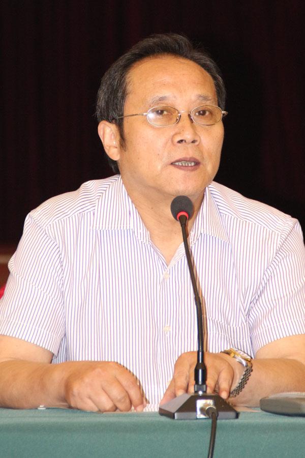 安庆市新闻出版业协会秘书长徐温詥主持论坛
