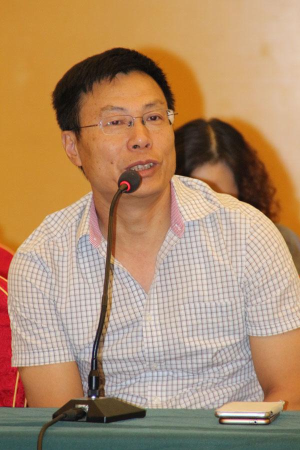 安庆一品谱局印刷厂总经理周江潮正在论坛上发言
