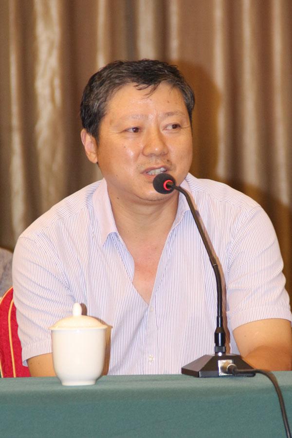 安庆市三菱印刷厂厂长刘先发正在论坛上发言