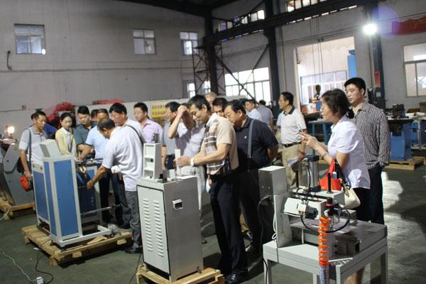 大家正在華生鑫生產車間認真、細致地了解華生鑫機械性能特點