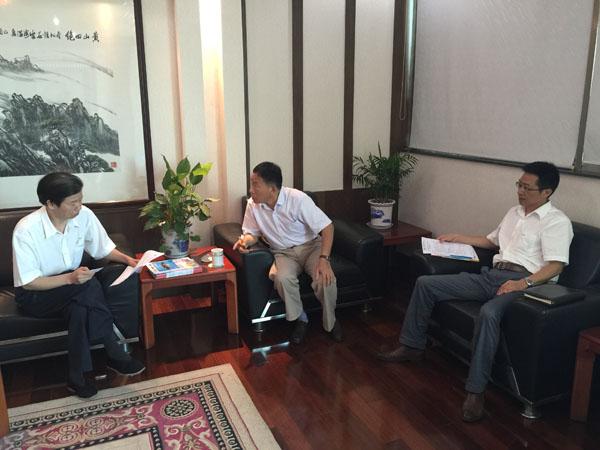 省印协王德明秘书长(中)正和黄山永新股份有限公司高层领导在会议室亲切交流