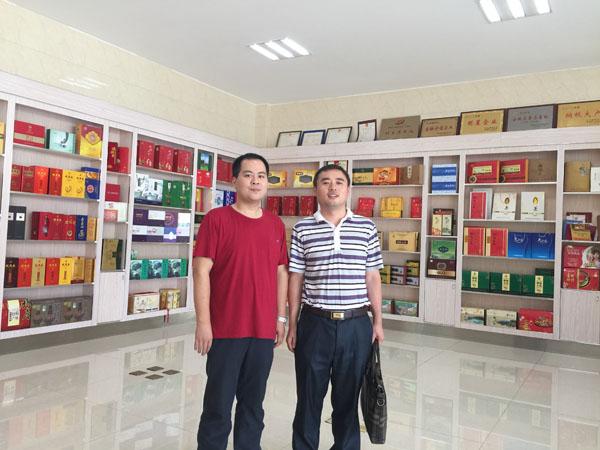 笔者和安徽京天印务集团有限公司周唯总经理在陈列多样包装的展厅里合影留念