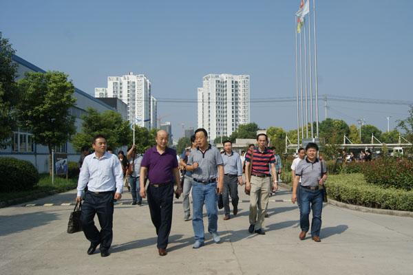 杏花印務團隊在淮南印機公司副總經理邢春(前排中)的指引介紹下走向機械制造車間