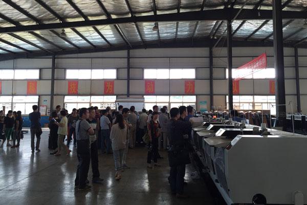 杏花印務團隊正在淮南華印公司機械生產車間認真參觀和深入交流