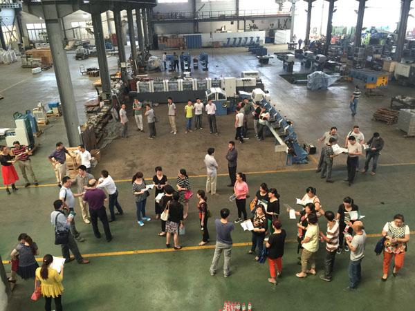 杏花印務團隊正在華生鑫機械生產車間認真參觀和深入交流